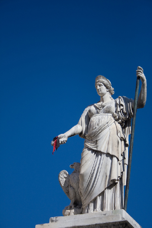 Statue-holding-anarchism-bandana-in-Carrara-Italy