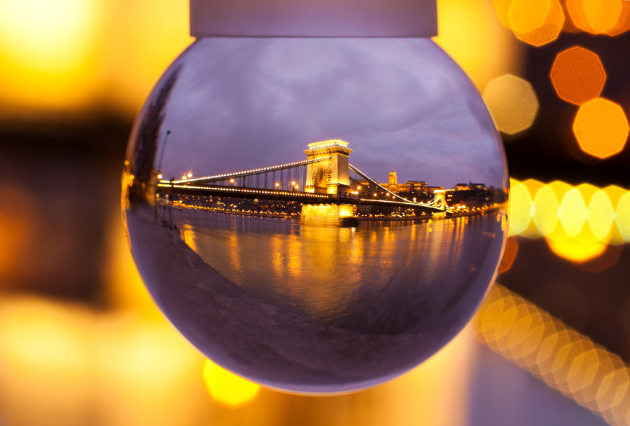 Chain Bridhe Budapest seen through a snowglobe